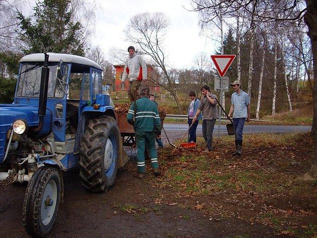 Spadané listí v Pohledu shrabovalo a nakládalo dvacet dobrovolníků.  Potřebnou techniku zapůjčila celá řada firem z Pohledu a okolí.