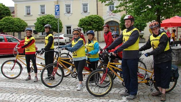 I nevidomí cyklisté umí šlápnout do pedálů. Ve středu se o tom přesvědčili lidé ve Světlé nad Sázavou.