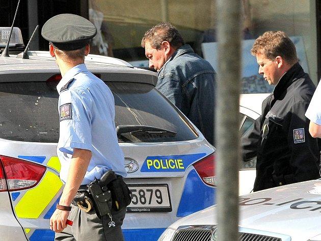 Zatýkání někdejšího lipnického starosty se neobešlo bez policejních manévrů.
