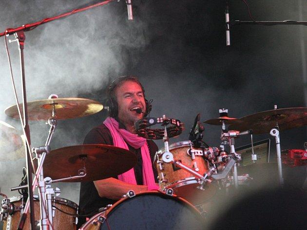 V písních skupiny Tata Bojs převládá hlas bubeníka Milana Caise.