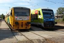 Nádraží ve Světlé nad Sázavou. Ruku si tam dnes podávají moderní vlakové soupravy.