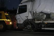 Náraz otevřel tomuto nákladnímu vozu útroby a přepravované sudy divže všechny nevypadly ven. Kolem sedmé hodiny večerní, tedy skoro devět hodin po nehodě, došla řada i na něj a mohl být odtažen na Humpolec.