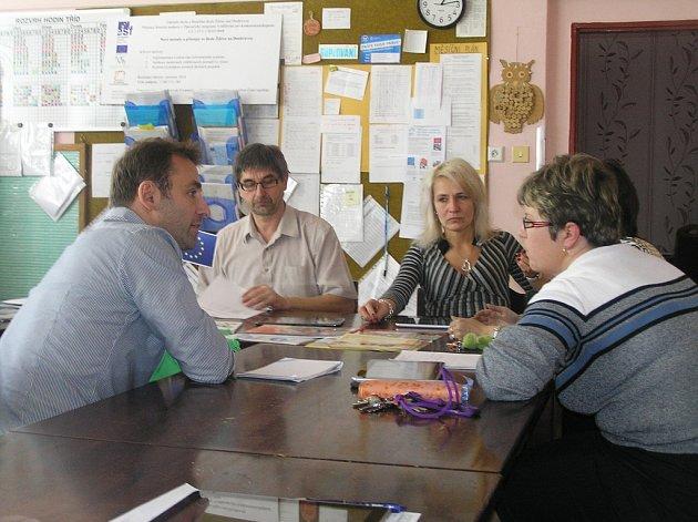 Aktéři. Ředitel školy Ota Benc a Jakub Štěpaník (vlevo) diskutují s učiteli o výhodách nového systému.