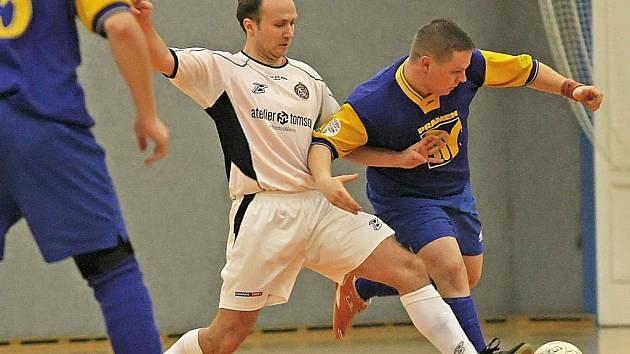 Futsalisté brodského Pramenu (v modrém Jan Moučka) se během ledna a února posunuli až na čtvrté místo druholigové tabulky, stoprocentní záchranu však ještě nemají jistou.