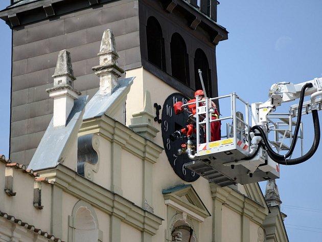 Věž havlíčkobrodské Staré radnice opět zdobí hodiny. Jejich nový číselník a  ručičky tam v úterý nainstalovali za pomoci výškové plošiny.