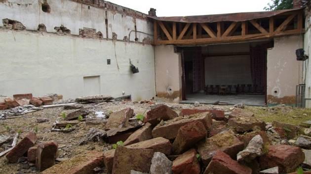 Ruina. Už více než rok je místo tanečníků na parketu pohledské sokolovny jen tráva a suť.