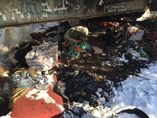 Brodští bezdomovci často nocují pod železničním mostem nad řekou Sázavou poblíž lokality u Sv. Jána na Žižkově.