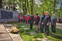 Za doprovodu nizozemského hudebního orchestru Libertatis ze spřáteleného města Brielle si sedmdesáté výročí konce druhé světové války přišly připomenout desítky lidí.