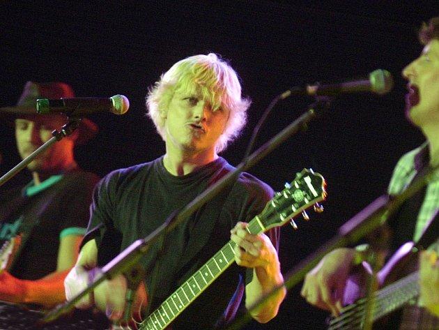Kapela Chinaski chystá během brodského koncertu pro jednu mladou a neznámou skupinu či zpěváka zážitek.