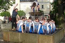 Koupání v kašně. Ve Světlé tradičním způsobem oslavili fotbalisté po výhře nad Luka nad Jihlavou postup do kraje.
