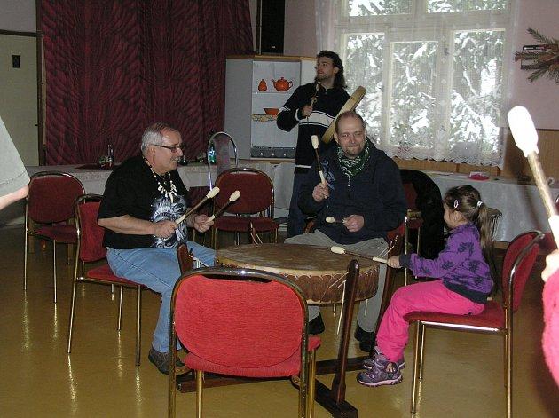 BUBNUJE CELÁ RODINA. Podle, Milana Knoba (vlevo)  může na šamanské bubny hrát každý, bez rozdílu věku. Stačí mít buben a tolerantní sousedy.