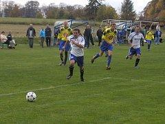 O krok napřed. Fotbalisté Herálce (vpředu Kamil Mašek) se dokázali proti přibyslavské defenzivě gólově prosadit a vyhráli.