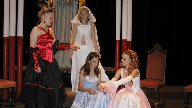 Muzikálová líheň. Růže lásky (na snímku), Elfí princezna, Myší kožíšek, to jsou všechno názvy muzikálů z dílny Uměleckého centra. Teď přibude i další s názvem Kdosi vezme Kateřinu.