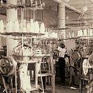 Jeden z mnoha typů pletacích strojů používaných před druhou světovou válkou (firma Koukolík Kutná Hora – po roce 1948 jeden ze závodů PLEAS).