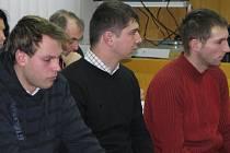 Obvinění mladíci před senátem havlíčkobrodského soudu.