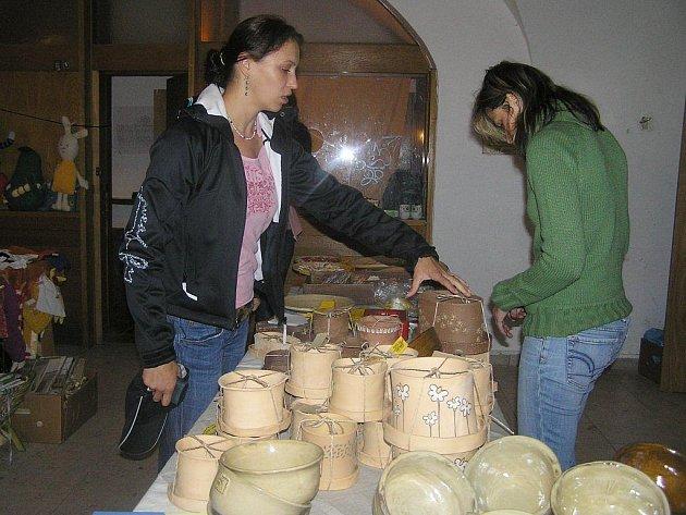 Originální květináče a polévkové mísy zaujaly návštěvníky dvoudenní výstavy v Krajské knihovně Vysočiny, která představila výrobky duševně nemocných.