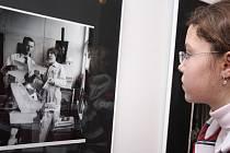 Dívenka si prohlíží autoportrét fotografa Václava Chocholy a malíře Jana Zrzavého v ateliéru na Nových zámeckých schodech na pražské Malé Straně.