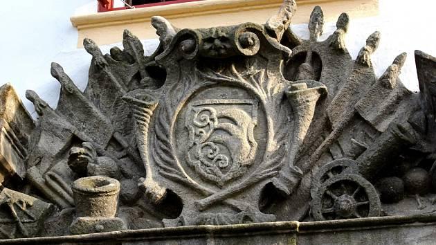 Patří ke cti rodu Dobrzenských z Dobrzenic, že vstupní bránu do zámku v Chotěboři nikdy nepředělali. Napořád respektují historickou skutečnost – zámek, který Dobrzenští vlastní od roku 1836, postavili o 135 let dříve Kinští.