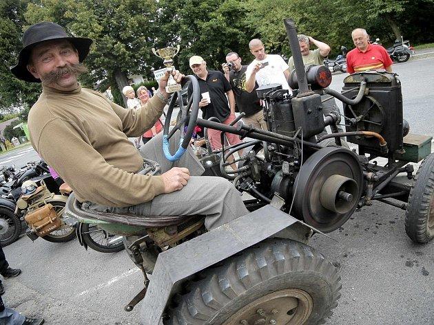 Bylo se na na co dívat. Milovníci starých automobilů si v sobotu přišli v Okrouhlici na své.Krom nablýskaných veteránů to ale byly k vidění i jiné zajímavé stroje.