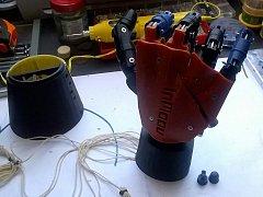 Robotická ruka je po mechanické stránce už hotová.