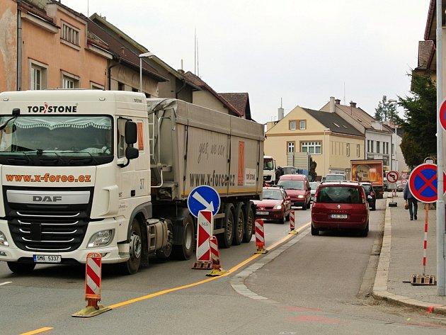 Řidiči to ale nemají v Humpolecké ulici jednoduché ani dnes. Stavební čety společnosti Vodovody a kanalizace Havlíčkův Brod tam od poloviny března likvidují následky havárie vodovodního řadu.