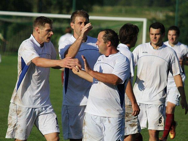 Jedinou trefu v zápase Havlíčkova Borová – Habry zaznamenal borovský Radek Šrámek (vpředu), který se takto po gólu radoval se svými spoluhráči.