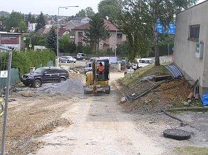 S komplikovanou cestou domů se musejí smířit obyvatelé ulice Nad skalkou a Větrná.