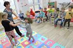 V dětské skupině Kamínek pracují dvě pracovnice, které každý týden chystají pro děti různé tematické programy a akce. Nechybí ani činnosti zaměřené na rozvoj jemné a hrubé motoriky, výtvarné a pohybové činnosti, tvořivé dílny či zpívání.