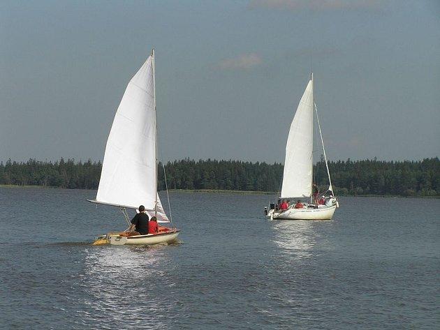 Velké Dářko. Na vodní hladině Velkého Dářka jsou podle Reného Pohanky pro jachting dobré podmínky.