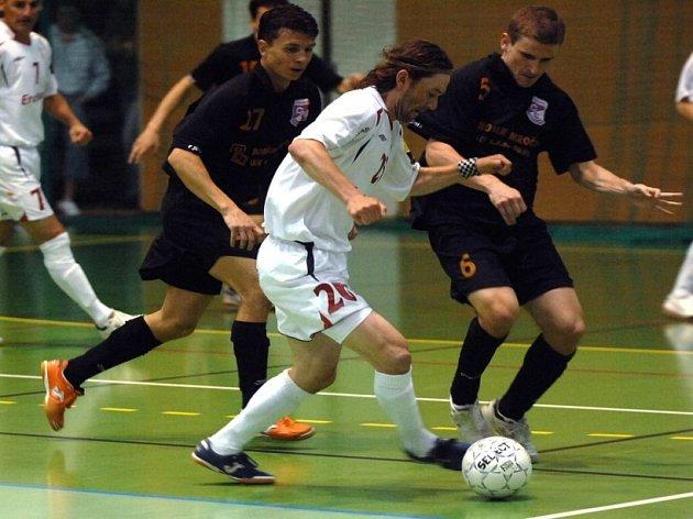 Posila se vyplácí. Havlíčkobrodský futsalista Roman Mareš (ve světlém) posílil Chrudim až na play off . V tom doslova řádí, v posledním zápase proti Jistebníku byl u všech čtyřech gólů.