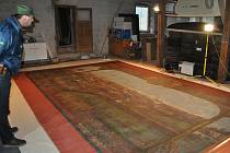 Převzetí restaurované opony.