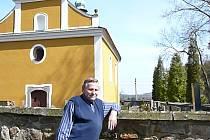 Kostel sv. Vojtěcha byl zřejmě svědkem půtky mezi sedláky sympatizujícími s husity a kumánskou jízdou. O historii vyprávěl František Pleva (na snímku).