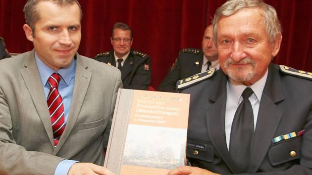Starosta Přibyslavi Martin Kamarád a první náměstek starosty Sdružení hasičů Čech, Moravy a Slezska Lubomír Janeba s novou knihou.