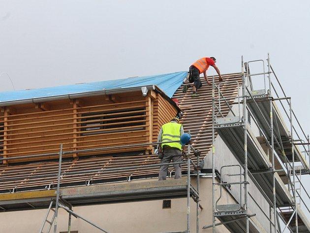 Lidé procházející okolo Staré radnice v Havlíčkově Brodě mohli včera pozorovat, jak se pracuje na opravě její střechy.