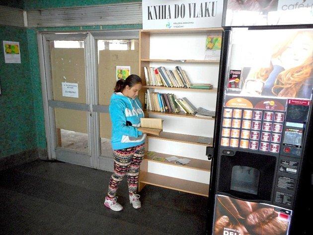 Knihovna v hale nádraží.