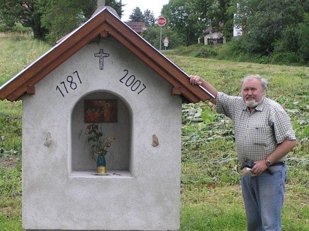 Kaplička se symbolikou. Jaroslav Kreibich upozorní návštěvníky na dva křemeny zasazené do přední strany kapličky. Ty označují muže a ženu. Dvanáct kamínků v kříži pak symbolizují měsíce v roce.