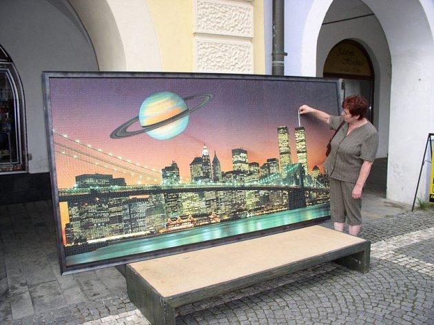 Není puzzle jako puzzle. Dvanáct tisíc drobounkých dílů musela mnohokrát obrátit mezi prsty Anna Počarovská při sestavování obrazu s newyorskou siluetou. Nakonec jí stačilo 36 dnů.