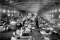Nemocnice v době španělské chřipky.  Historická fotografie.