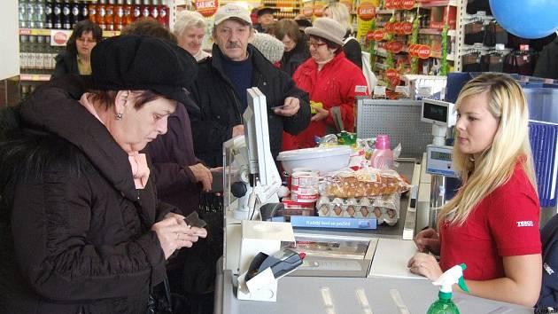 První zákazníci si v chotěbořském Tescu nakoupili ve čtvrtek krátce po osmé hodině. Zaměstnanci pro ně připravili nejen plné regály zboží, ale i celou řadu doprovodných akcí.