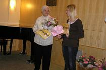 DVĚ NEJLEPŠÍ. ze třinácti nominovaných si cenu za  dobrvolnickou činnost v roce 2010 nakonec z Chotěboře odvezla Hana Najbrtová (vlevo) z diakonie Myslibořice, která se věnuje seniorům v tamním domově.  Druhé Křesadlo získala Hana Kochtíková z Třebíče za