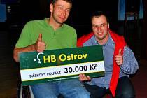 Klub stolního tenisu předal dar handicapovanému sportovci Michalu Šiškovi (na snímku s vedoucím klubu Miroslavem Jínkem).