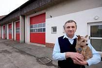 Ladislav Vacek bývá na nové světelské stanici ve dvojí roli - jako profesionální člen Hasičského záchraného sboru kraje Vysočina nebo jako velitel dobrovolných hasičů. Na úterní schůzku s Deníkem ho doprovodila fenka Maruška.