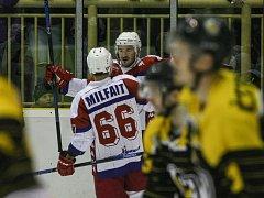 Havlíčkobrodští hokejisté (ve světlém) si v sérii s Moravskými Budějovicemi ve čtvrtek zajistili postup do baráže. Třetí duel vyhráli v prodloužení.