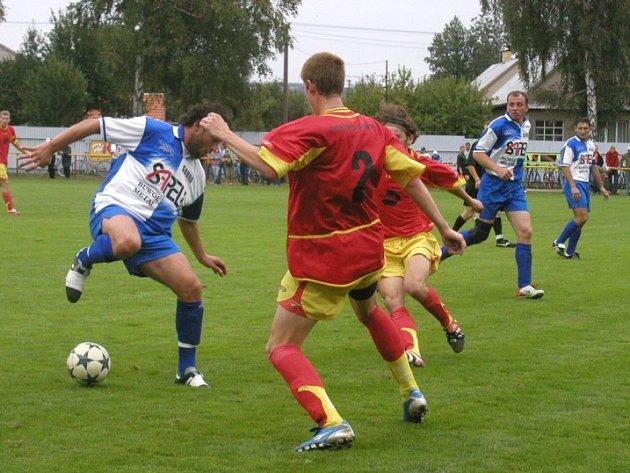 Vydřený bod. Fotbalisté Ždírce se jen těžko prosazovali přes obranu Janovic.