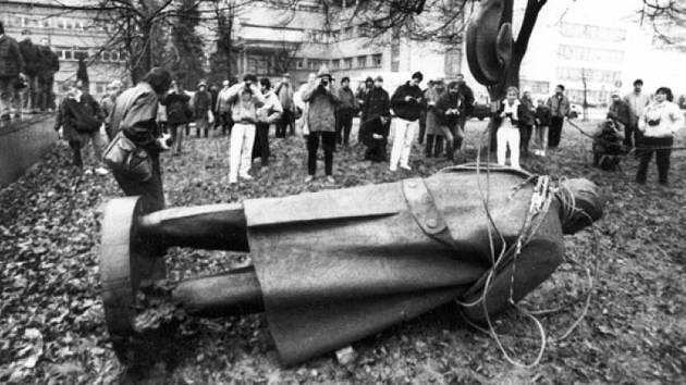 Symboly minulosti. Sochu Gottwalda v Jihlavě strhli v roce 1990.