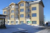 V novém Domě s pečovatelskou službou je 14 bytů, dole lékařské ordinace i malý operační sál.