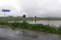 Zemědělci rozhodně důvod ke spokojenosti v těchto uplakaných dnech nemají. Vrásky na čele jim dělají zejména pole plná vody.