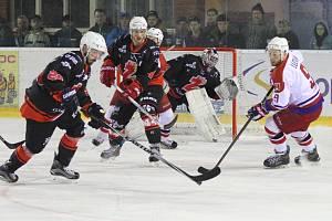 Čtvrtfinálová série mezi hokejisty Žďáru (v černém) a Havlíčkova Brodu skončila sobotním čtvrtým zápasem. Hostující Bruslaři v něm zvítězili až v prodloužení 3:2 a zajistili si postup mezi nejlepší čtyři týmy II. ligy – skupin Střed a Západ.