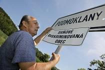 Za obec Podmoklany vyvěsí protestní ceduli Jan Růžička z finančního výboru obce (na snímku). Podle místního starosty Jiřího Zatřepálka mají obyvatelé vesnic stejné potřeby jako lidé ve velkých městech, tak proč dělat rozdíly.