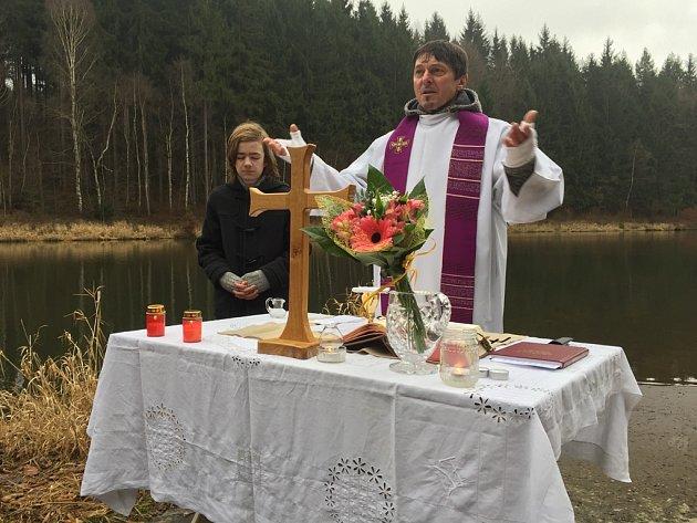 Kněz Jakub Jan Sarkander Med přímo na místě tragické události sloužil mši nejen za všechny zemřelé odbojáře, ale i další nedávné tragické události ve světě.